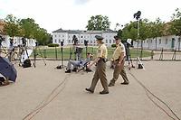 28 JUN 2003, NEUHARDENBERG/GERMANY:<br /> Polizisten patroulieren und Journalisten warten an einer Absprerrung vor dem Schloss auf ein Statement, waehrend der Klausurtagung des Bundeskanbinetts, Schloss Neuhardenberg, Brandenburg<br /> IMAGE: 20030628-01-112<br /> KEYWORDS: Kabinettsklausur, Schloß Neuhardenberg, Kamera, Camera, Polizei