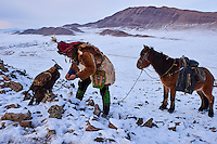 Mongolie, province de Bayan-Olgii, chasseurs à l'aigle Kazakh, chasse àl'aigle en hiver dans les monts Altai // Mongolia, Bayan-Olgii province, Kazakh eagle hunter, Eagle hunting in winter in Altai mountains