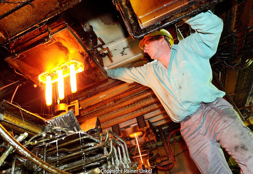 DEUTSCHLAND : Flaschenherstellung bei der Saint-Gobain Oberland AG in Wirges :. ein Arbeiter ueberprueft den Prozess am Schmelzofen / Glashuette / Glasproduktion / Schmelze / Glasschmelze.   GERMANY : Bottle production at Saint-Gobain Oberland AG : a worker checking the melting process .   17.10.2007.    Copyright by : Rainer UNKEL , Tel.: (0)228/477211, Fax: (0)228/477212