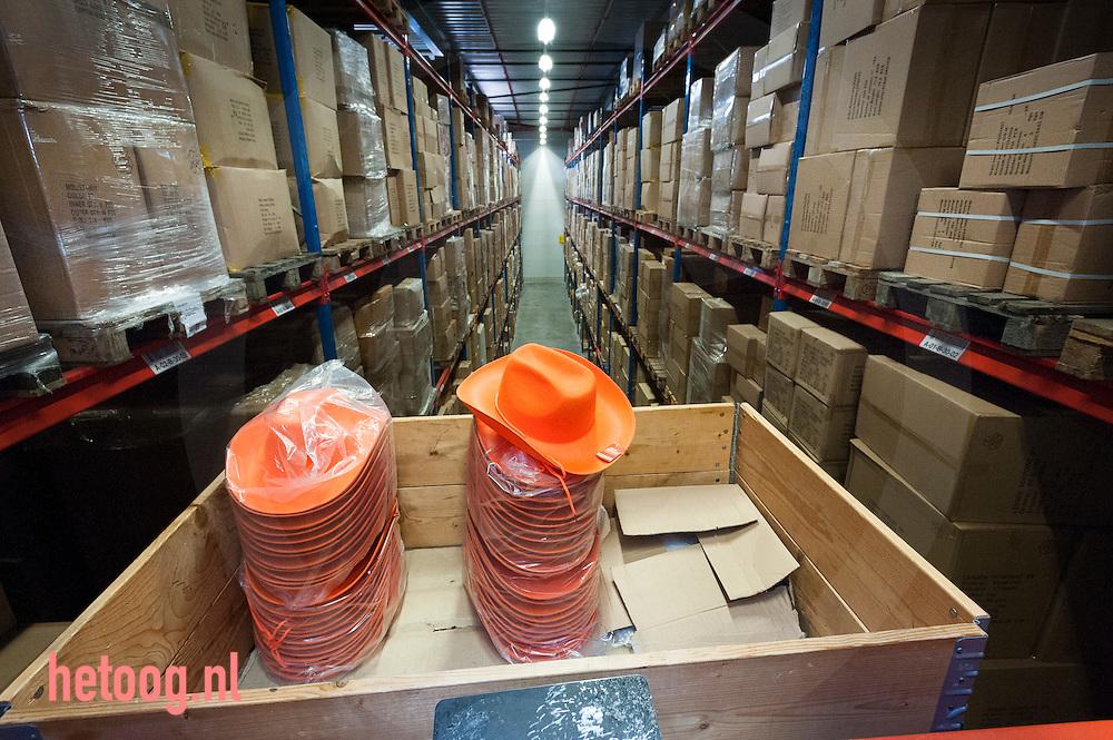 nederland, Bergentheim, 24april2015 In het magazijn bij groothandel en producent van merchandise en oranje artikelen Toppoint in het overijsselse Bergentheim. Het bedrijf ontwikkelt, maakt en bedrukt artikelen zo ook oranje van kleur voor koningsdag en natuurlijk voetbal en andere oranje gekte.