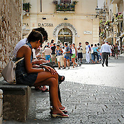 Turisti in piazza Duomo a Taormina..Tourists in Taormina's Dome square