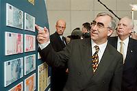 """19.06.1998, Germany/Bonn:<br /> Theo Waigel, CSU, Bundesfinanzminister, und Hans Tietmeyer, Präsident der Deutschen Bundesbank, und EURO Banknoten, Feierstunde """"50. Geburtstag der D-Mark"""", Haus der Geschichte<br /> IMAGE: 19980619-01/02-37<br />  <br />  <br />  <br /> KEYWORDS: Geld, money, bank-note"""