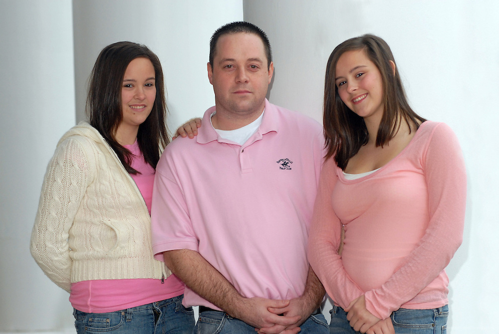 Scottt Denton, 27, and his twin sisters, Brandy (wearing beige sweater) and Brittney, 14, photographed Thursday, Dec. 21, 2006 in Louisville, Ky. (Photos by Brian Bohannon)..<br />