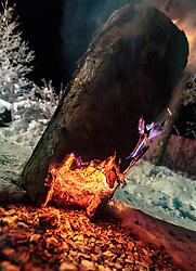 THEMENBILD - das Schwedenfeuer (auch Finnenkerze, Schwedenfackel, Warm-Log, Sibirische oder Russische Baumfackel) ist eine Wärme- und Lichtquelle aus einem senkrecht stehenden, in der Mitte eingeschnittener, brennender Baumstamm, aufgenommen am 07. Dezember 2017, Kaprun, Österreich // The fire of the Swedes (also the Finnish candle, the Swedish torch, the warm log, the Siberian or the Russian tree torch) is a source of heat and light from a vertically burning tree trunk incised in the middle on 2017/12/07, Kaprun, Austria. EXPA Pictures © 2017, PhotoCredit: EXPA/ Stefanie Oberhauser