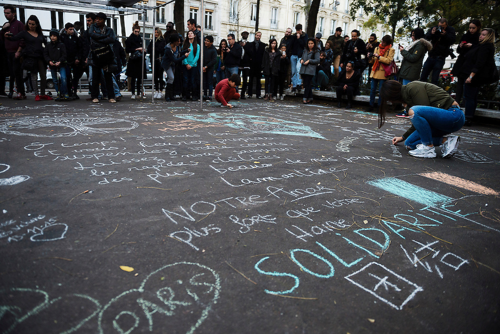 PARIS 20151115<br /> People write on the ground close to club Bataclan which was one of the targets in several coordinated terrorist attacks in Paris  left over a hundred people dead.<br /> Foto: Vilhelm Stokstad / TT / KONTINENT