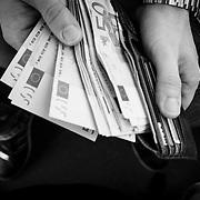 Im vollbesetzten Zubringer-Bus zeigt M. seine Geld f&uuml;r die Reise, 5000&euro;.<br /> &copy; 2013 Harald Krieg/Agentur Focus