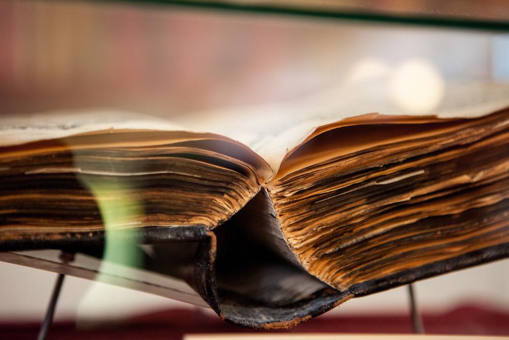 Eine Bibel in der Gedenkstätte zur Kralitzer Bibel und Brüderdruckerei. Kralice nad Oslavou (deutsch Kralitz) ist eine Gemeinde in Tschechien. Sie liegt 29 Kilometer westlich des Stadtzentrums von Brno und gehört zum Okres Třebíč. Kralice war bis zur Mitte des 17. Jahrhunderts ein wichtiges Zentrum der Mährischen Brüderbewegung, hier entstand die Kralitzer Bibel.