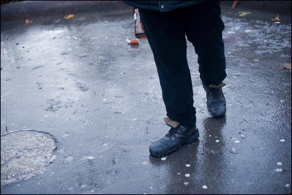 Un manifestant tient une bouteille en verre à la main ; les deux groupes maintenus à distance par les CRS utilisent les projectiles qu'ils trouvent sur place.