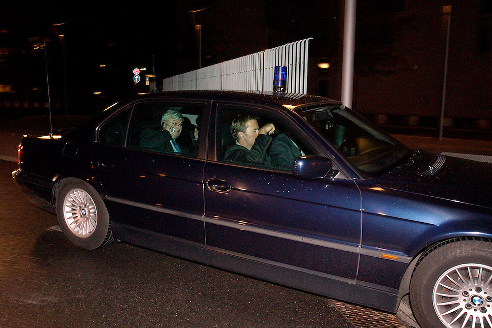 2004, BERLIN/GERMANY:<br /> Joschka Fischer, B90/Gruene, Bundesaussenminsiter, in seinem Dienstwagen, auf dem Weg zu einem Koalitionsgespraech, Bundeskanzleramt<br /> IMAGE: 20040506-03-006<br /> NO CREDIT - OHNE URHEBERVERMERK DRUCKEN