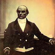 Albert S. Southworth et Josiah J. Hawes (proc&eacute;d&eacute; daguerr&eacute;otype), 1851.<br /> <br /> Remarquez la pose fig&eacute;e, pas tr&egrave;s nette.<br /> Le portrait a &eacute;t&eacute; une technique impossible d&egrave;s l&rsquo;invention de la photographie vu la longueur des temps de pose. <br /> <br /> (in &quot;The Art of fixing a shadow&quot;, p 51)