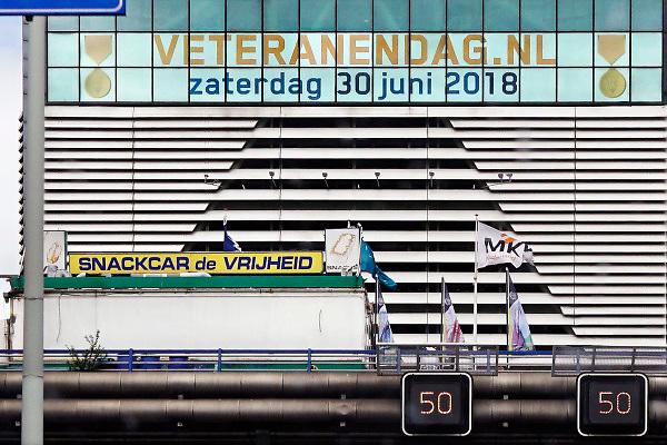 Nederland, Den Haag, 21-6-2018Op het gebouw, kantoor,  vanvno-ncw aan de Bezuidenhoutseweg staat een aankondiging van Veteranendag 2018 . Op de voorgrond snackbar De Vrijheid die hier al jarenlang staat .Foto: Flip Franssen