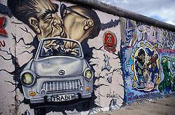 Berlin,Alemanha.abril/2002..Muro de Berlin,pintura,beijo de Erich Honecker, lider comunista da Alemanha oriental e Leonid Brejnev, lider comunista russo.Os dois em cima do carro simbolo da alemanha Oriental, o trabi..Foto Adri Felden/Argosfoto