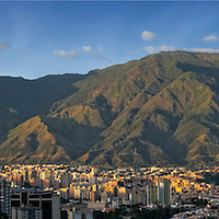 Foto panoramica del parque nacional El Avila (Parque nacional Waraira Repano) en la ciudad de Caracas, Venezuela. Panoramic photo of Avila National Park in Caracas, Venezuela. Enero, 10 del 2011. Copyright Jimmy Villalta. Las impresiones son realizadas en Plotter Epson 9700, con los mas altos niveles de calidad, en papel aleman Hahnem&uuml;hle. Impresas en papel fotogr&aacute;fico, canvas, o algod&oacute;n. Tama&ntilde;os desde 150 x 33 cm a 70 x 15 cm o el que usted desee.<br />