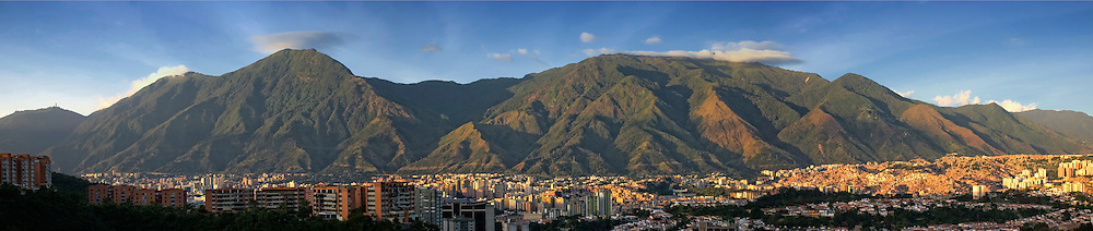 Foto panoramica del parque nacional El Avila (Parque nacional Waraira Repano) en la ciudad de Caracas, Venezuela. Panoramic photo of Avila National Park in Caracas, Venezuela. Enero, 10 del 2011. Copyright Jimmy Villalta. <br />
