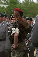 06 MAY 2004, ORANIENBURG/GERMANY:<br /> Soldatin, Feldjaeger, waehrend einem oeffentlichen Geloebnis von Grundwehrdienstleistenden der Bundeswehr, Schlosspark, Oranienburg<br /> Female soldier, military police, during a swearing-in ceremony of the federal armed forces<br /> IMAGE: 20040506-02-001<br /> KEYWORDS: Vereidigung, öffentliches Gelöbnis, Feldjäger, weiblich, Frau, Soldat