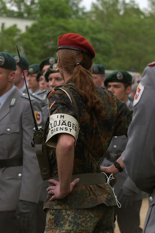 06 MAY 2004, ORANIENBURG/GERMANY:<br /> Soldatin, Feldjaeger, waehrend einem oeffentlichen Geloebnis von Grundwehrdienstleistenden der Bundeswehr, Schlosspark, Oranienburg<br /> Female soldier, military police, during a swearing-in ceremony of the federal armed forces<br /> IMAGE: 20040506-02-001<br /> KEYWORDS: Vereidigung, &ouml;ffentliches Gel&ouml;bnis, Feldj&auml;ger, weiblich, Frau, Soldat