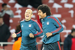 19.02.2014, Emirates Stadion, London, ESP, UEFA CL, FC Arsenal vs FC Bayern Muenchen, Achtelfinale, im Bild l-r: Arjen ROBBEN #10 (FC Bayern Muenchen), DANTE #4 (FC Bayern Muenchen) gut gelaunt beim warm up // during the UEFA Champions League Round of 16 match between FC Arsenal and FC Bayern Munich at the Emirates Stadion in London, Great Britain on 2014/02/19. EXPA Pictures © 2014, PhotoCredit: EXPA/ Eibner-Pressefoto/ Kolbert<br /> <br /> *****ATTENTION - OUT of GER*****