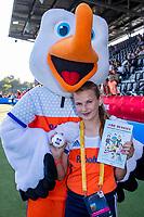 AMSTELVEEN -   Fan of the Match    met Stockey en  het boek de Berries, geschreven door Annemarie  van Eem voor de halve finale  Nederland-Duitsland van de Pro League hockeywedstrijd dames. COPYRIGHT KOEN SUYK