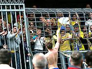 27-05-2007: Voetbal: VVV Venlo - RKC Waalwijk: Venlo<br /> RKC Waalwijk is gedegradeerd naar de Jupiler League.<br /> Het enige wat Jan Vertonghen nog kon doen om de huilende supporters te bedanken. Hij gooit zijn shirt in het publiek<br /> foto : Geert van Erven