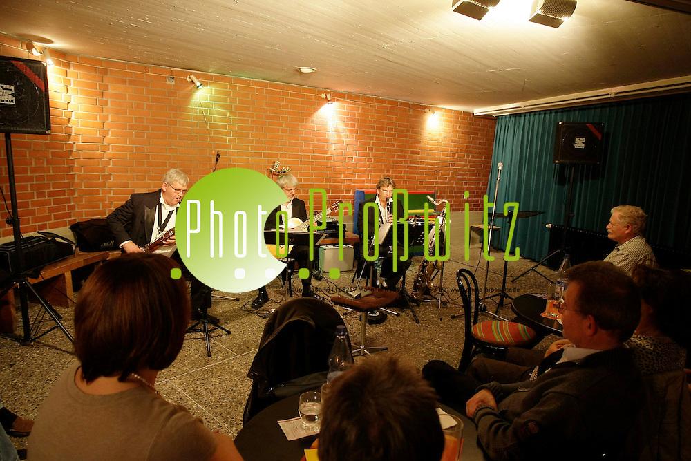 Mannheim. Vogelstang. Evangelisches Gemeindezentrum. Nachtcafe. Trio 3D. Adax D&circ;rsam (Zupfinstrumente) Matthias D&circ;rsam (Klarinette) Franz J&cedil;rgen D&circ;rsam (Fagott) <br /> <br /> <br /> Bild: Markus Proflwitz / masterpress /  <br /> <br /> ++++ Archivbilder und weitere Motive finden Sie auch in unserem OnlineArchiv. www.masterpress.org oder &cedil;ber das Metropolregion Rhein-Neckar Bildportal   ++++ *** Local Caption *** masterpress Mannheim - Pressefotoagentur<br /> Markus Proflwitz<br /> C8, 12-13<br /> 68159 MANNHEIM<br /> +49 621 33 93 93 60<br /> info@masterpress.org<br /> Dresdner Bank<br /> BLZ 67080050 / KTO 0650687000<br /> DE221362249