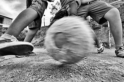 Jovens jogando futebol em comunidade na periferia./ Young people playing football in the community in the periphery. Brasil, 2013