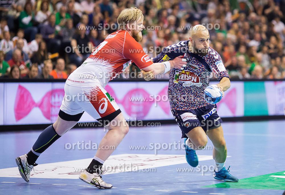 Berlin, Deutschland, 17.05.2015:<br />Handball EHF Pokal Finale 2014 / 2015 - Fuechse Berlin - HSV Hamburg - EHF CUP Finals 2014/15.<br /><br />Henrik Toft Hansen (HSV #15) im Zweikampf gegen Konstantin Igropulo (F&Atilde;&frac14;chse #35) *** Local Caption *** &Acirc;&copy; pixathlon