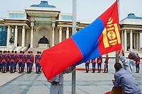 Mongolie, Oulan Bator, Place Sukhbaatar, palais du gouvernement et statue de Gengis Khan, ceremonie officielle, leve du drapeau Mongol. // Mongolia, Ulan Bator, Sukhbaatar square, Government palace, Gengis Khan statue, official ceremony, Mongol flag.