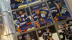 Vojens Lions<br /> <br /> Officielle Danske Hockey Trading Card. <br /> <br /> 1999-2000 Komplet Danske Ishockey Kort 225 stk.<br /> <br /> 66. Magnus Lindqvist<br /> 67. Michael Madsen<br /> 68. Mikael Wiklander<br /> 69. Lars Bach<br /> 70. Christian Erntgaard<br /> 71. Mikkel Nielsen<br /> 72. Claus Jensen<br /> 73. Henrik Lundin<br /> 74. Mikko Honkonen<br /> 75. Morten Callesen<br /> 76. Ray Podloski<br /> 77. Sami Simonen<br /> 78. Stefan Nyman<br /> 79. Søren Nielsen<br /> 80. Valery Tcherny<br /> 81. Brian Foder<br /> 82. Rasmus Kubel<br /> 83. Jan Jensen<br /> 84. Ole Christiansen<br /> 85. Kim Foder<br /> 86. Dan Jensen<br /> 87. Thomas Carlsson<br /> <br /> Begrænset komplet sæt på lager. Kontakt: mail@nhcfoto.dk eller tlf. 40277826