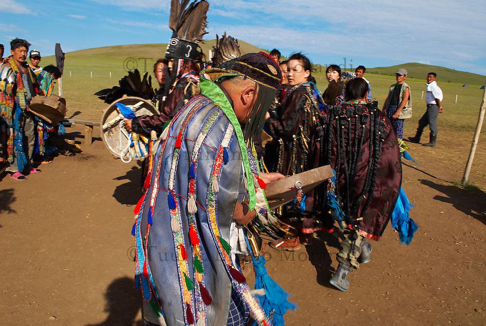 Mongolie. Centre d'initiation chamanique. Shaman. Chamane. Le chaman principal, Oyun baatar, en compagnie de ses disciples. // Shamanisme initiation centre. Mongolia. The Head Shaman, Oyun Baatar, with his disciples.