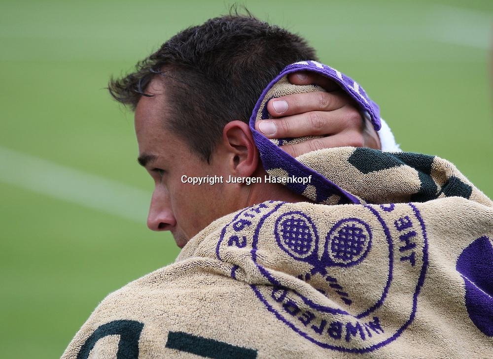 Wimbledon Championships 2013, AELTC,London,<br /> ITF Grand Slam Tennis Tournament, Lukas Rosol (CZE) mit Handtuch auf den Schultern, trocknet seinen Nacken,Einzelbild,Halbkoerper,Querformat,