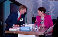 UTRECHT -  Jacqueline Lambrechtse met Lodewijk Klootwijk. , A tribe called Golf, de kracht van de connectie. Nationaal Golf Congres van de NVG 2014 , Nederlandse Vereniging Golfbranche. COPYRIGHT KOEN SUYK