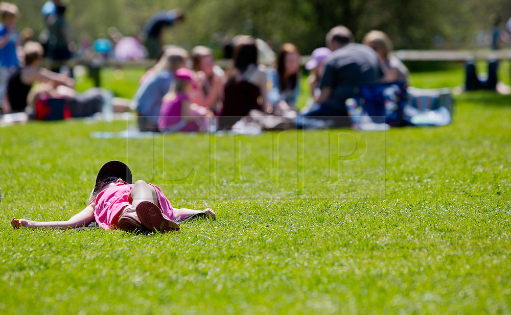 © Licensed to Alison Baskerville. 06/05/2013. Stratford Upon Avon, Warwickshire, UK.  As temperatures reached the highest this year the Bank Holiday saw hundreds of people enjoy the sunshine in the Shakespearean town of Stratford Upon Avon today.  Photo credit: Alison Baskerville/LNP
