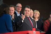 14 DEC 2013, BERLIN/GERMANY:<br /> Sigmar Gabriel (M), SPD Parteivorsotzender, Pressekonferenz anl. der Verkuendung des Ergebnisses der Auszaehlung des SPD Mitgliederentscheids zur Bildung einer grossen Koalition mit CDU und CSU, Station Berlin<br /> IMAGE: 20131214-01-040<br /> KEYWORDS: Verkündung, Auszählung