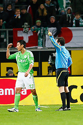 03.12.2011,Volkswagen Arena, Wolfsburg, GER, 1.FBL, VFL Wolfsburg vs 1. FSV Mainz 05, im Bild Schiedsrichter Peter Sippel zeigt  Makoto Hasebe  (Wolfsburg #13) die rote Karte .// during the match from GER, 1.FBL,VFL Wolfsburg vs 1. FSV Mainz 05 on 2011/12/03, Volkswagen Arena, Wolfsburg, Germany..Foto © nph / Schrader
