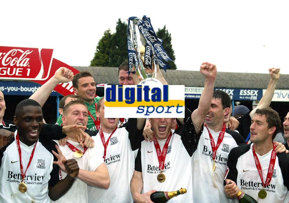 Photo: Chris Ratcliffe.<br />Southend United v Bristol City. Coca Cola League 1. 06/05/2006.<br />Southend United players celebrate.