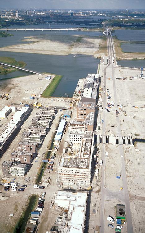 Nederland, Amsterdam, IJburg, 25-09-2002; de eesrte huizen op een van de eilanden van het nieuwe stadsdeel IJburg; in de achtergrond de ringweg A10 en de historische binnenstad; stadsvernieuwing, planologie, stedebouw, infrastructuur, zie ook andere (detail)foto's van deze lokatie;<br /> luchtfoto (toeslag), aerial photo (additional fee)<br /> foto /photo Siebe Swart