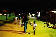 TASSIA quitte sa famille pour retourner travailler à Vila Mimosa. Son fils l'accompagne jusqu'à l'arrête du car.<br /> RIO DE JANEIRO, BRESIL 2002<br /> mention obligatoire : OLIVIA GAY