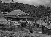 Camopi, Guyane, 2015.<br /> <br /> Centre n&eacute;vralgique de la commune de Camopi, ce b&acirc;timent administratif abrite &agrave; la fois la mairie, le bureau de poste, les services d&rsquo;aide sociale et un &laquo; Point d&rsquo;Information Jeunesse &raquo; qui rempli le r&ocirc;le d&rsquo;agence pour l&rsquo;emploi. La mairie est le plus souvent ferm&eacute;e, en l&rsquo;absence du maire en r&eacute;union &agrave; Cayenne. La poste est ouverte du lundi au vendredi de 8h00 &agrave; 10h30,  le &laquo; Point d&rsquo;Information Jeunesse &raquo; accueille les jeunes d&eacute;soeuvr&eacute;s du bourg toute la matin&eacute;e, ou pas.
