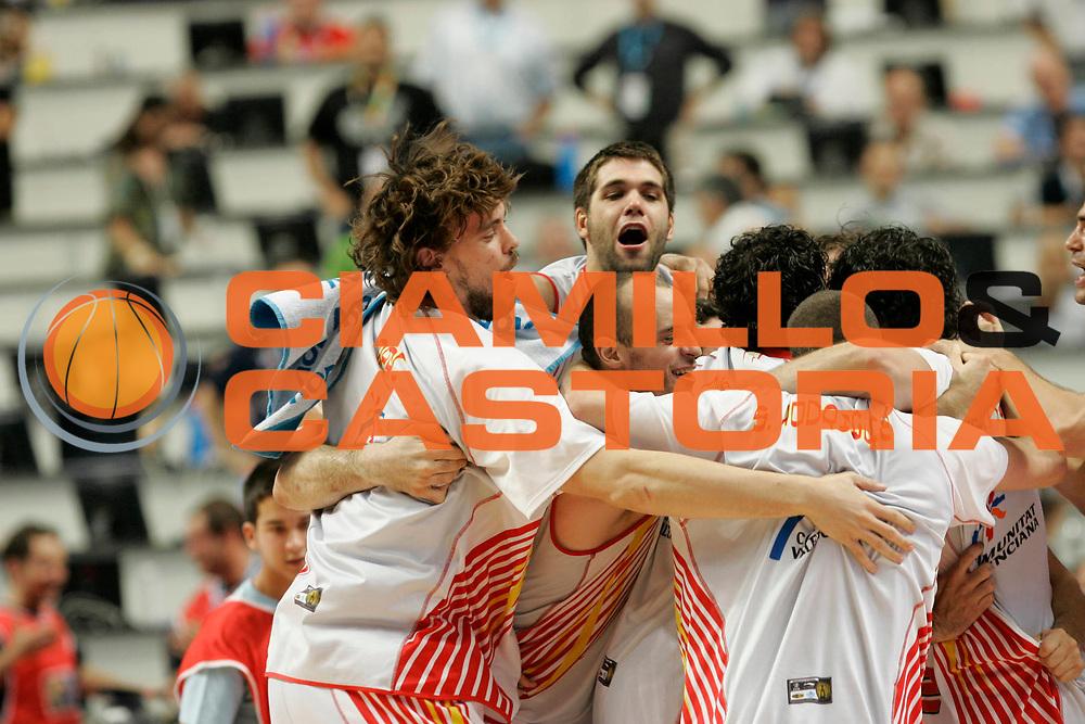 DESCRIZIONE : Madrid Spagna Spain Eurobasket Men 2007 Semi Finals Semifinali Spagna Grecia Spain Greece<br /> GIOCATORE : Team Spagna Spain<br /> SQUADRA : Spagna Spain<br /> EVENTO : Eurobasket Men 2007 Campionati Europei Uomini 2007 <br /> GARA : Spagna Grecia Spain Greece<br /> DATA : 15/09/2007 <br /> CATEGORIA : Esultanza<br /> SPORT : Pallacanestro <br /> AUTORE : Ciamillo&amp;Castoria/M.Kulbis<br /> Galleria : Eurobasket Men 2007 <br /> Fotonotizia : Madrid Spagna Spain Eurobasket Men 2007 Semi Finals Semifinali Spagna Grecia Spain Greece  <br /> Predefinita :