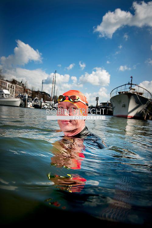 dodrecht - voorzitter van de Nederlandse zwembond, Erik van Heijningen  zwemt in het crentrum van dordrecht copyright robin utrecht