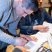 NLD/Amsterdam/20171222 - Signeersessie Rico Verhoeven en Leon Verdonschot, Rico signeert een shirt