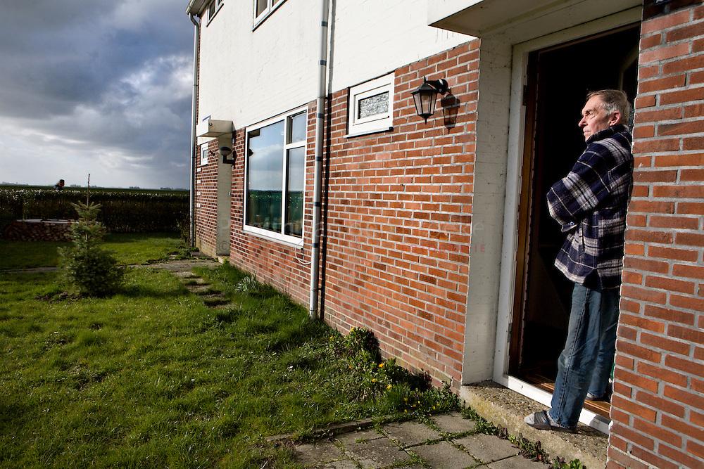 ganzedijk 27/2/2008. Harry van eerden bij zijn huis aan de HR Remmersweg. foto Pepijn van den Broeke