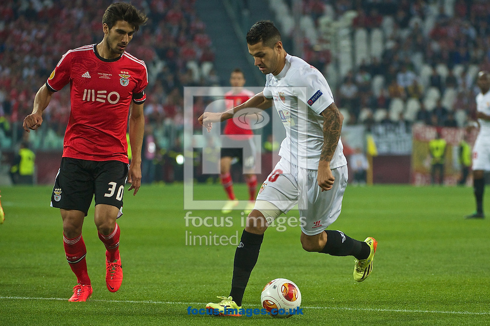 Vitolo of Sevilla takes on Andr&eacute; Gomes of Benfica during the UEFA Europa League match at Juventus Stadium, Turin<br /> Picture by Ian Wadkins/Focus Images Ltd +44 7877 568959<br /> 14/05/2014