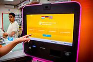 ROTTERDAM - Mensen kunnen in Rotterdam bitcoins kopen voor cash geld in een belwinkel in Rotterdam digitale valuta kan kopen en verkopen ROBIN UTRECHT