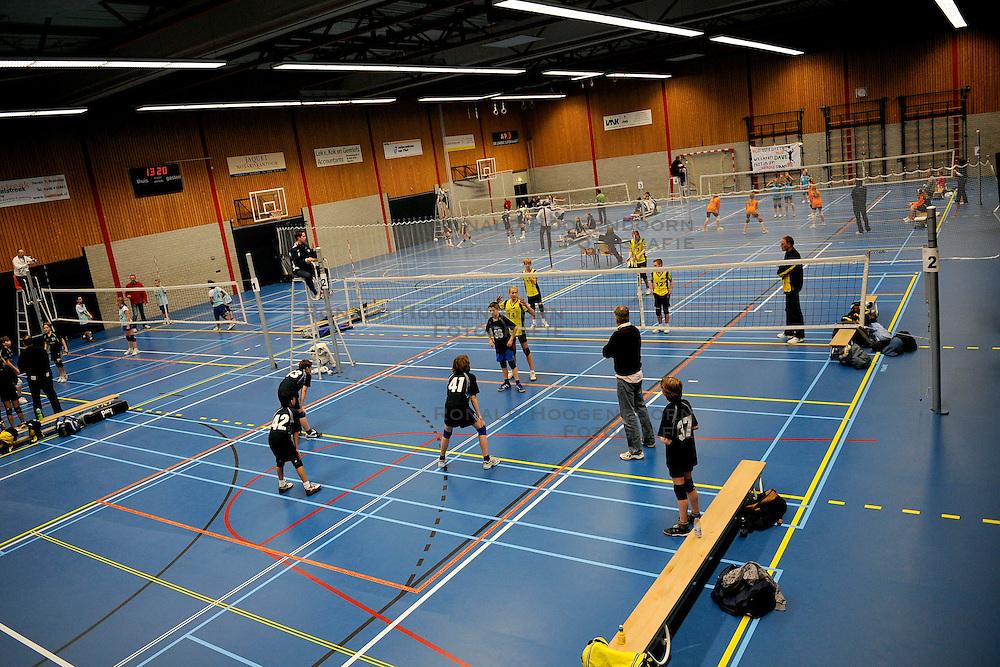 28-02-2009 VOLLEYBAL: ASICS OPEN: WOERDEN<br /> De Asics Open zijn met de halve finales begonnen oa in Woerden met jongens en meisjes CMV  - Sporthal Woerden<br /> &copy;2009-WWW.FOTOHOOGENDOORN.NL