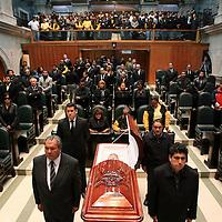 Toluca, Mex.- Diputados de la LVI Legislatura del Estado de México rinden un homenaje de cuerpo presente a la legisladora Irma Cerón del PRD que murió el día de ayer a causa de un paro cardiorespiratorio cuando encabezaba un acto de entrega de despensas y sillas de ruedas. Agencia MVT / Mario Vazquez de la Torre. (DIGITAL)<br /> <br /> NO ARCHIVAR - NO ARCHIVE