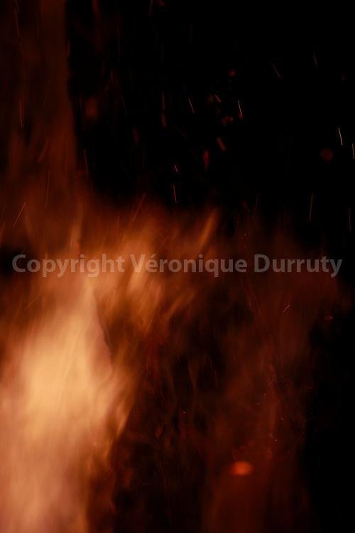 feu pour la nuit de holikda, veille  de la fete de Holi, Vallée du Gange, Rishikech, Inde // Fire of Holika night, Rishikesh, India