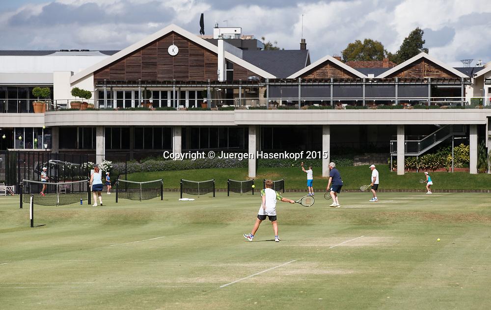 Kooyong Lawn Tennis Club existiert seit 1892 in Kooyong<br /> Spieler auf Rasen und Klubhaus im Hintergrund.