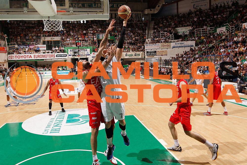 DESCRIZIONE : Siena Lega A 2011-12 Montepaschi Siena EA7 Emporio Armani Milano Finale scudetto gara 5<br /> GIOCATORE : David Andersen<br /> CATEGORIA : tiro<br /> SQUADRA : Montepaschi Siena<br /> EVENTO : Campionato Lega A 2011-2012 Finale scudetto gara 5<br /> GARA : Montepaschi Siena EA7 Emporio Armani Milano<br /> DATA : 17/06/2012<br /> SPORT : Pallacanestro <br /> AUTORE : Agenzia Ciamillo-Castoria/P.Lazzeroni<br /> Galleria : Lega Basket A 2011-2012  <br /> Fotonotizia : Siena Lega A 2011-12 Montepaschi Siena EA7 Emporio Armani Milano Finale scudetto gara 5<br /> Predefinita :