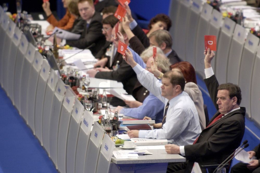 18 NOV 2003, BOCHUM/GERMANY:<br /> Olaf Scholz (2.v.R.), SPD Generalsekretaer, und Gerhard Schroeder (R), SPD, Bundeskanzler, mit Stimmkarten, waehrend einer Abstmmung, SPD Bundesparteitag, Ruhr-Congress-Zentrum<br /> IMAGE: 20031119-01-062<br /> KEYWORDS: Gerhard Schröder, Parteitag, party congress, Stimmkarte